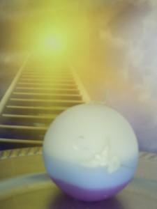 Deze bol staat symbool voor de kosmos. Het verbroken zilveren koord is het gebroken koord tussen lichaam en geest dat gedragen wordt door een zieldrager door de sferen heen via het licht van de kaars.