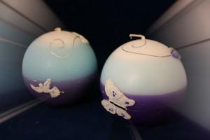 Verkleind - Handgemaakte bolkaars met engelduif en witte vlinder met tulp - model 2017
