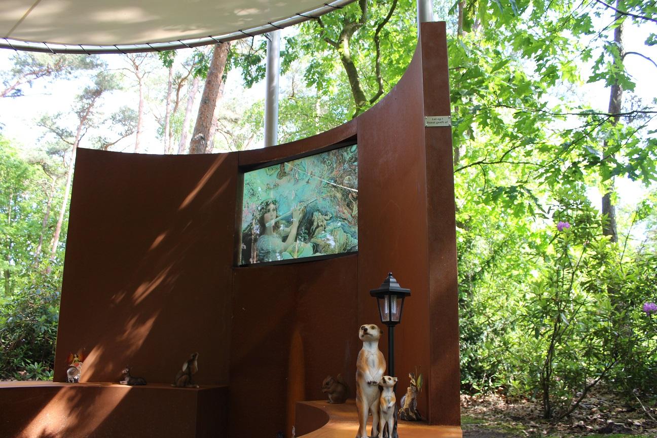Het Stiltemonument in de urnentuin van crematorium Zoomstede is een ontwerp van architect Cees Dellebeke naar een idee van Vlinderijnes. Gerealiseerd in mei 2019.